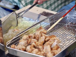 グリルの上の食べ物のトレイの写真・画像素材[2509187]