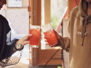 女性,飲み物,屋内,手,コップ,人物,人,グラス,大人,乾杯,ドリンク,飲料