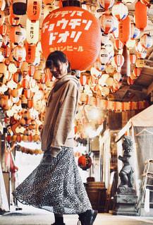 店の前に立っている女性の写真・画像素材[2694067]