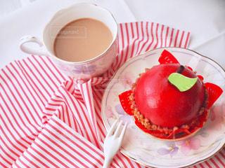 ケーキ1杯とコーヒー1杯の写真・画像素材[2733307]