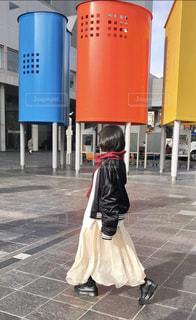 女性,1人,ファッション,風景,建物,冬,靴,大阪,カラフル,黒,歩く,スカート,人物,人,地面,梅田,コーディネート,コーデ,通り,ジャケット,ブラック,黒コーデ
