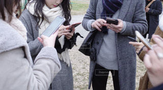 携帯電話を見ている人々のグループの写真・画像素材[2886925]