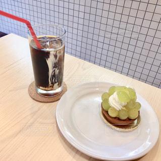 食べ物の皿とテーブルの上のビール1杯の写真・画像素材[2889820]
