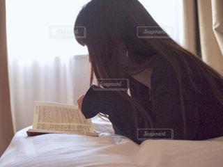 ベッドに座っている女性の写真・画像素材[2922421]