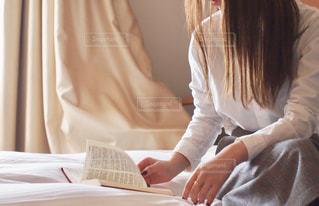 ベッドに座っている女性の写真・画像素材[2922422]
