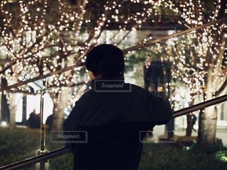 ポールの上に立っている男の写真・画像素材[2930301]