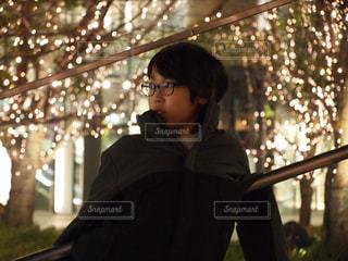 子ども,1人,風景,夜,夜景,屋外,大阪,めがね,街,眼鏡,イルミネーション,人,明るい,男の子,グランフロント,メガネ