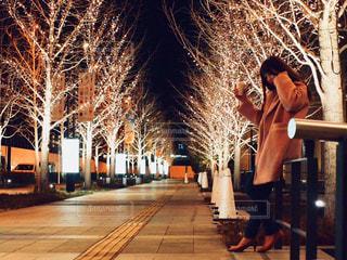 女性,1人,風景,夜,夜景,コーヒー,大阪,景色,樹木,イルミネーション,都会,人,カップ,歩道,明るい,コーヒーカップ,通り,グランフロント