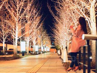 女性,1人,風景,冬,夜,夜景,コーヒー,屋外,大阪,コート,街,イルミネーション,都会,街灯,カップ,歩道,明るい,コーヒーカップ,通り,グランフロント,景観,手すり