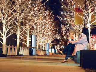 女性,1人,風景,冬,夜,夜景,コーヒー,屋外,大阪,コート,景色,光,樹木,イルミネーション,人,座る,カップ,寒い,歩道,明るい,コーヒーカップ,通り,グランフロント