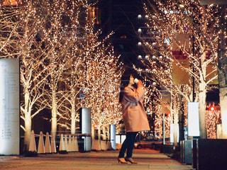 女性,1人,飲み物,冬,夜,夜景,コーヒー,屋外,大阪,コート,景色,樹木,イルミネーション,都会,横顔,カップ,寒い,歩道,明るい,コーヒーカップ,通り,グランフロント,飲む