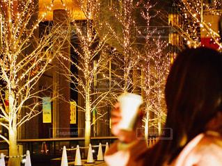 女性,1人,夜,夜景,コーヒー,大阪,手,街,光,樹木,イルミネーション,人,カップ,明るい,コーヒーカップ,グランフロント