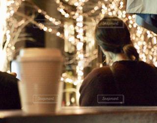 テーブルに座っている人の写真・画像素材[2930308]