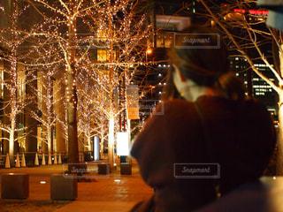 女性,1人,夜,大阪,後ろ姿,街,樹木,イルミネーション,人,歩道,明るい,グランフロント