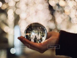 夜,夜景,大阪,手,景色,ガラス,イルミネーション,人,キラキラ,ガラス玉,玉ボケ,グランフロント,玉ぼけ