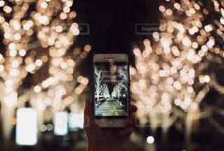 夜,夜景,大阪,手,スマホ,光,樹木,イルミネーション,写真,街灯,歩道,明るい,グランフロント,携帯電話