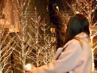 女性,1人,夜,夜景,コーヒー,屋外,大阪,後ろ姿,街,光,イルミネーション,人,カップ,明るい,コーヒーカップ,グランフロント,景観