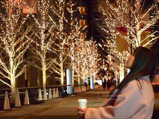 女性,夜,コーヒー,屋外,大阪,光,イルミネーション,横顔,人,カップ,歩道,明るい,コーヒーカップ,グランフロント