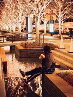 ベンチに座っている人の写真・画像素材[2946193]