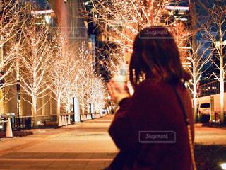 女性,1人,風景,冬,夜,コーヒー,屋外,後ろ姿,イルミネーション,人,カップ,明るい,コーヒーカップ