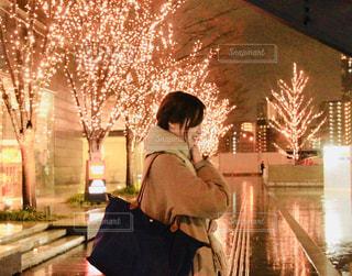 女性,1人,風景,冬,夜,大阪,コート,マフラー,樹木,イルミネーション,人,笑顔,並木,並木道,明るい,グランフロント大阪