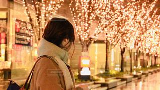 女性,1人,風景,冬,夜,大阪,後ろ姿,マフラー,イルミネーション,都会,人,並木,照明,並木道,明るい,グランフロント大阪