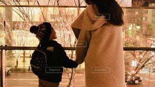 女性,子ども,家族,2人,風景,冬,夜,大阪,親子,後ろ姿,帽子,ガラス,イルミネーション,人,男の子,手すり,グランフロント大阪
