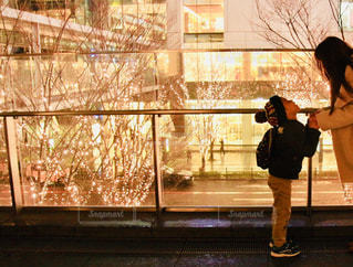 女性,子ども,家族,2人,風景,冬,夜,大阪,ガラス,イルミネーション,横顔,人,立つ,明るい,男の子,手すり,グランフロント大阪