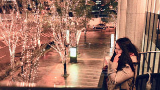 女性,1人,飲み物,風景,冬,夜,コーヒー,大阪,樹木,イルミネーション,都会,横顔,人,明るい,ドリンク,コーヒーカップ,通り,グランフロント大阪