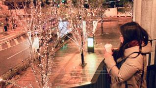 女性,1人,飲み物,冬,夜,コーヒー,大阪,コート,樹木,イルミネーション,横顔,人,明るい,ドリンク,コーヒーカップ,グランフロント大阪
