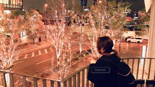 女性,1人,風景,冬,夜,大阪,後ろ姿,景色,イルミネーション,都会,人,明るい,通り,グランフロント大阪