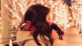女性,1人,風景,冬,夜,髪,大阪,マフラー,イルミネーション,都会,横顔,人,通り,グランフロント大阪