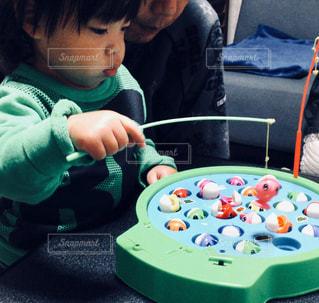 テーブルの上に座っている小さな子供の写真・画像素材[3081292]