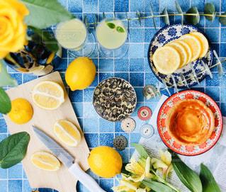 テーブルの上に食べ物を1杯入れるの写真・画像素材[3096443]