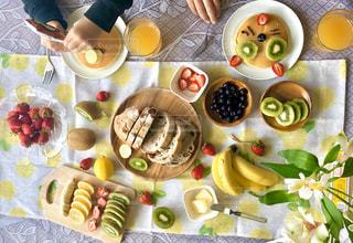 テーブルの上に座っている食べ物の束の写真・画像素材[3147557]