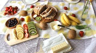 異なる種類の食べ物をトッピングしたテーブルの写真・画像素材[3147556]