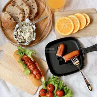 食べ物の皿をテーブルの上に置くの写真・画像素材[3214626]