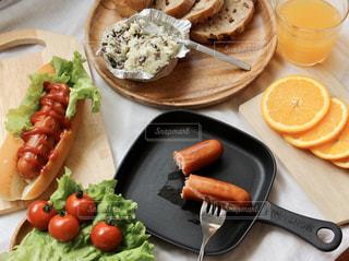 食べ物の皿をテーブルの上に置くの写真・画像素材[3214624]