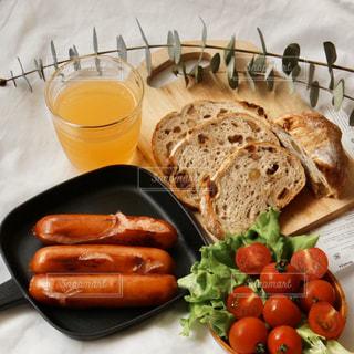 食べ物の皿をテーブルの上に置くの写真・画像素材[3214622]