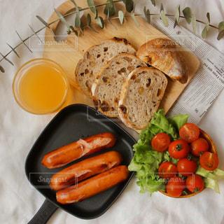 食べ物の皿をテーブルの上に置くの写真・画像素材[3214625]