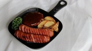 食べ物,食事,屋内,皿,ウインナー,料理,おいしい,ハンバーグ,ソーセージ,ポテト,ジョンソンヴィル