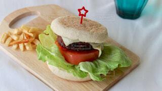テーブルの上に座っているサンドイッチの写真・画像素材[4152627]