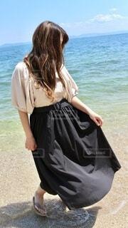 浜辺に立っている人の写真・画像素材[4636753]