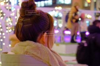 クリスマス ツリーの前に立っている女性 - No.929109