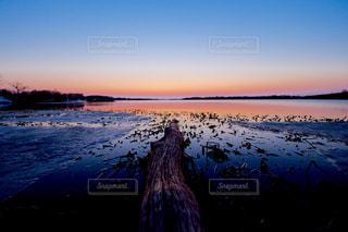 水の体に沈む夕日の写真・画像素材[957330]