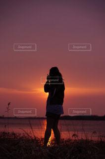 日没の前に立っている人 - No.957378