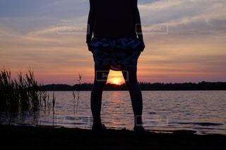 水の体に沈む夕日の写真・画像素材[957388]