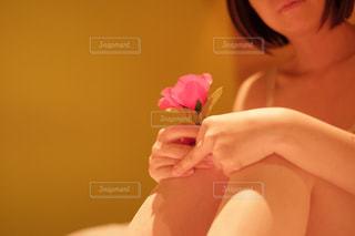 彼女の顔に彼女の手を保持している女性の写真・画像素材[1016493]