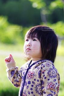 アンニュイに空を見上げる女の子の写真・画像素材[1017523]