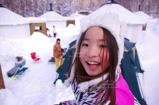 雪の中ではしゃぐ女の子 - No.1017553